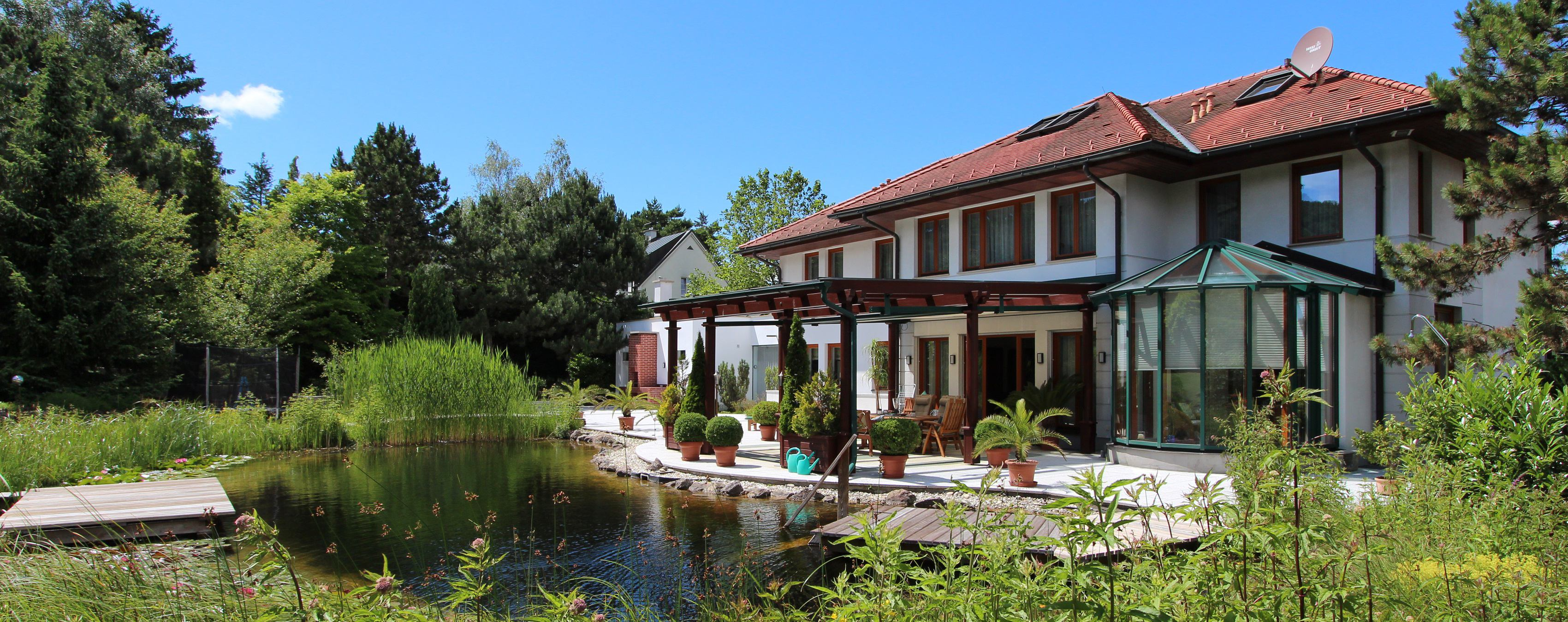 Photo: Elegant villa with park and swimming pond